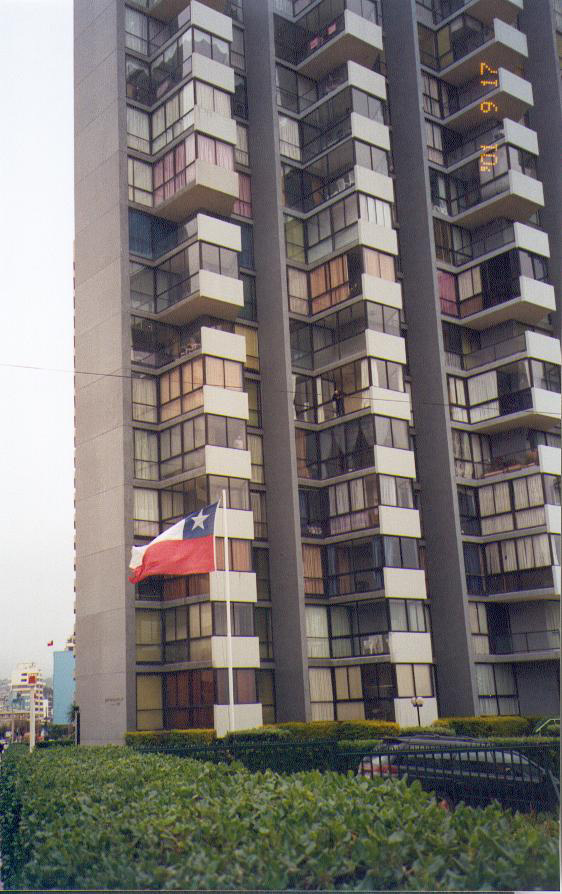 Seismic strengthening (Edificio Acapulco building). The exteriorwall has been thickened with a new steel mesh.