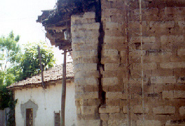 Wall damage (corner separation) in the1999 Apastepeque earthquake