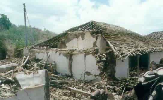 Typical Earthquake Damage - Collapse of roof in the 1997 Jabalpur Earthquake (Source:Sudhir K. Jain, IIT Kanpur)