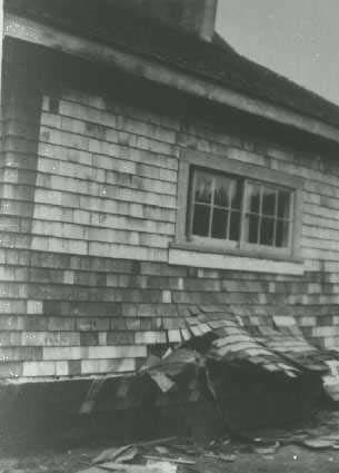 Typical earthquake damage to a wood frame house in Comox, BC in the 1946 earthquake (Source: Natural Resources Canada w w w .pgc.nrcan.gc.ca/seismo/hist/list.htm)