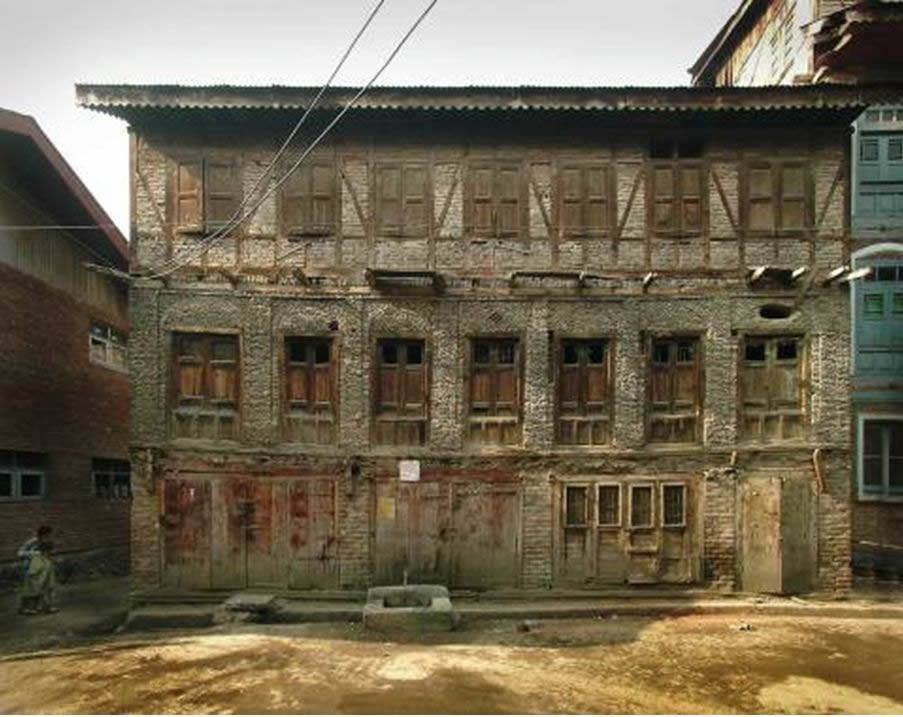A building with Dhajji in upper most storey only from Srinagar, India. Photo source: # Randolph Langenbach (see Ref. 2).