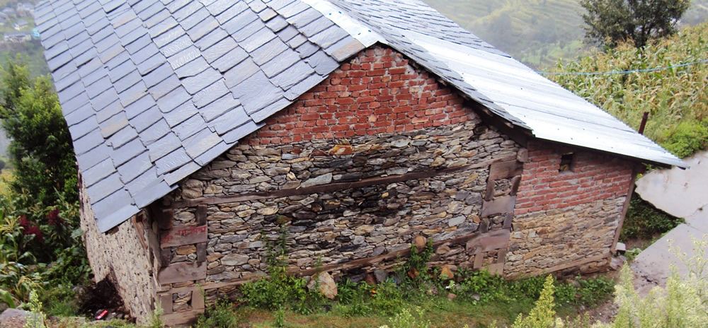 The combined use of dry stone masonry, stones with mud mortar 